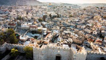 תמונה ראשית: Skyline of the Old City in Jerusalem with Damascus Gate Israel. Middle east. באדיבות: Bigstock