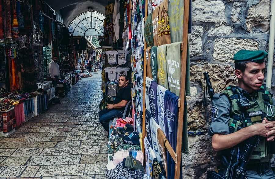 חייל משמר הגבול ובעל עסק בעיר העתיקה. תמונה: Bigstock