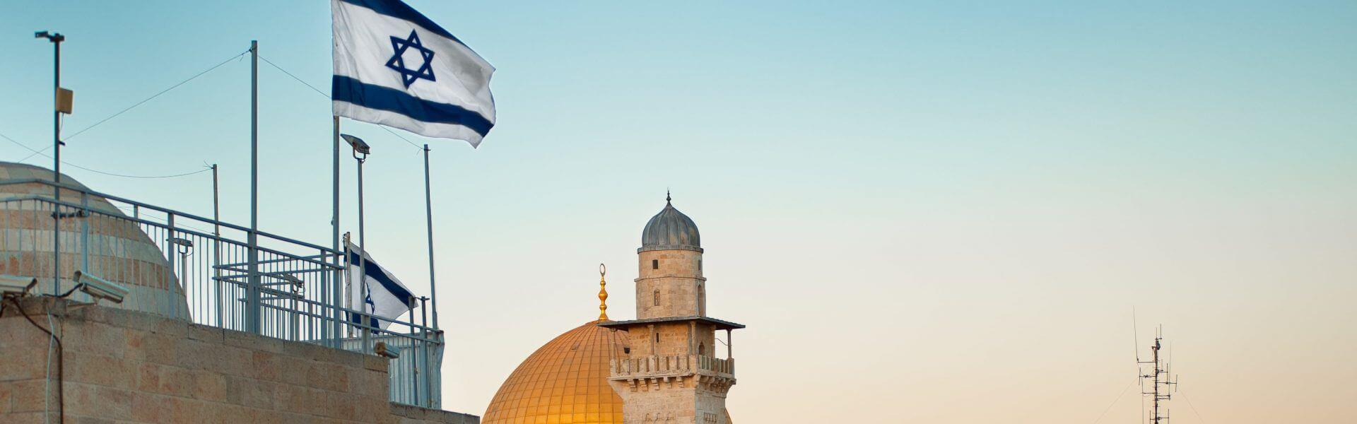 דגל ישראל על רקע מגדל דוד וכיפת הסלע. תמונה ראשית: Bigstock