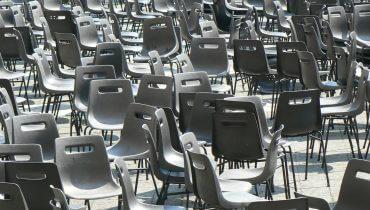 כיסאות בתפזורת, תמונה ראשית: Bigstock