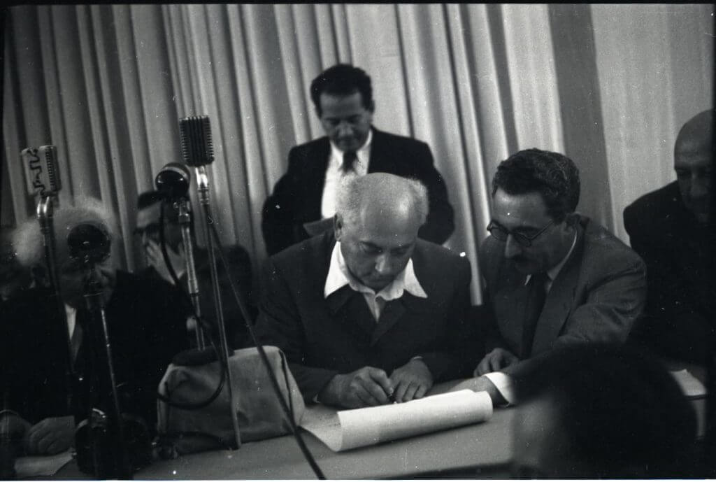 אהרן ציזלינג חותם על מגילת העצמאות, 1948. מתוך ויקיפדיה