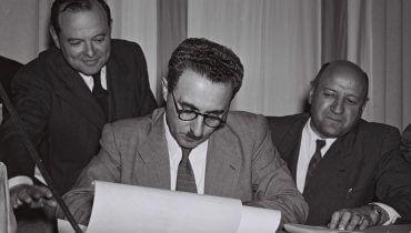 משה שרת חותם על מגילת העצמאות. צילום: פרנק שרשל, מתוך ויקיפדיה