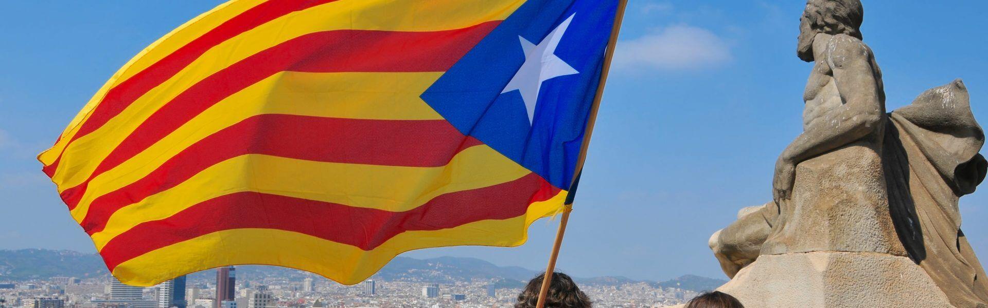 דגל קטלוניה מעל ברצלונה. תמונה ראשית: Bigstock