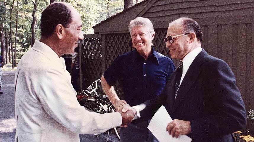 תצלום של נשיא ארצות הברית ג'ימי קרטר, נשיא מצרים אנואר סאדאת וראש ממשלת ישראל מנחם בגין בשנת 1978, בעת חתימה על הסכמי קמפ דיוויד. תמונה: ויקישיתוף