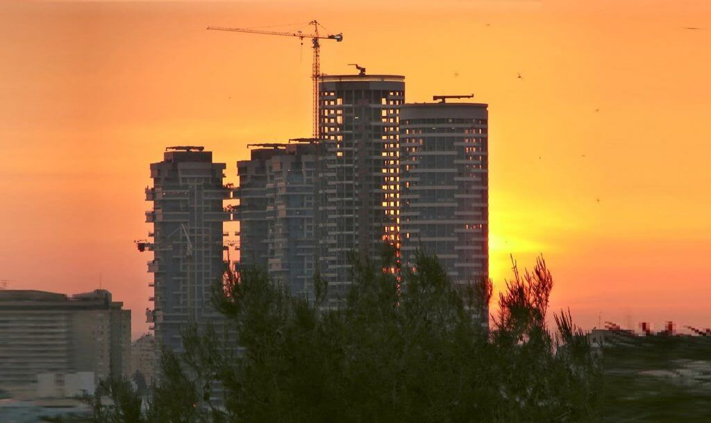 מגדלי אקירוב ומגדלי YOO בתל אביב בבנייה. מתוך ויקיפדיה