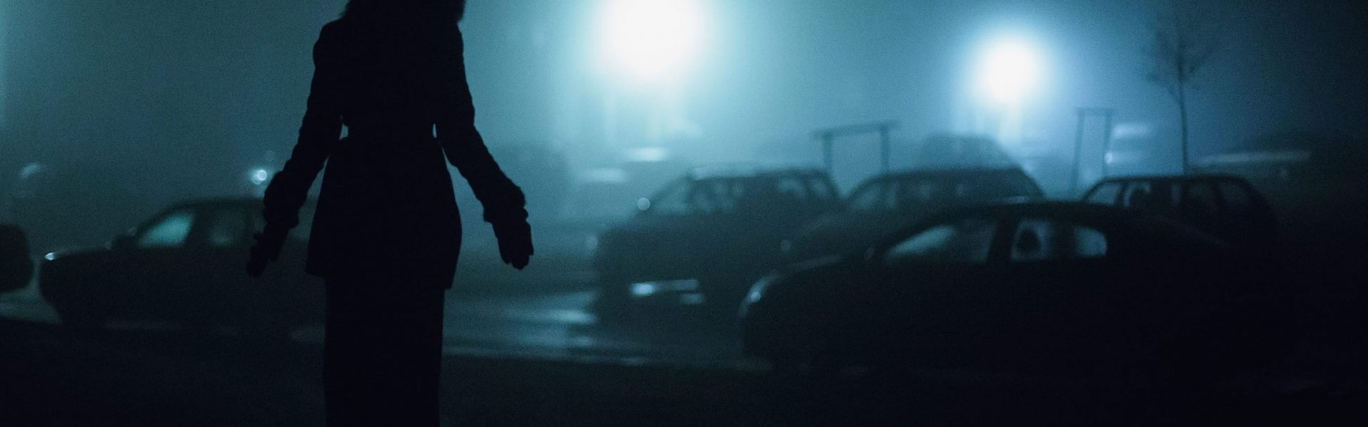צללית אישה וברקע רחוב חשוך. קרדיט תמונה ראשית: Bigstock
