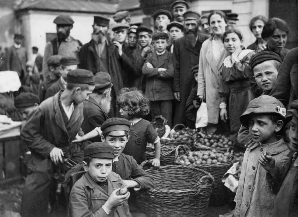 """""""חזות-הכול אפשר לראות בדרך ומעודי אהבתי אותה"""". שוק יהודי באחת מערי'תחום מושב', כנראה סביב 1917. צילום מאוסף א' אנדרוסייר; Lebrecht Nusic and Arts Photo Library / Army Stock Photo"""