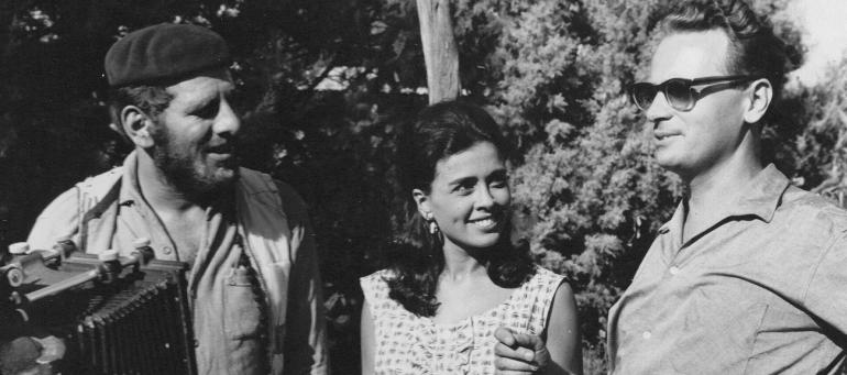 """צילום מאחורי הקלעים מן הסרט """"סאלח שבתי"""". מימין לשמאל: אפרים קישון, גאולה נוני וחיים טופול. 1963. צלם לא ידוע"""