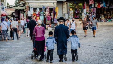 משפחה חרדית בירושלים, באדיבות bigstock