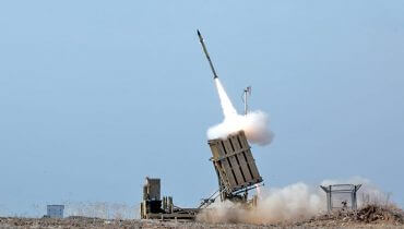 תמונה ראשית: סוללת כיפת ברזל משגרת טיל מיירט בזמן מבצע עמוד ענן, ויקישיתוף, Israel Defense Forces and Nehemiya Gershoni [CC BY-SA 3.0]