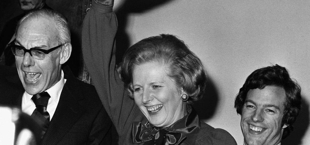 תמונה: מתוך flickr by Tullio Saba. Margaret Thatcher (1925-) the leader of the Conservative party, with her husband Dennis (l) and son Mark, waves to celebrate her victory in the 1979 General election, to become Britain's first female Prime Minister.