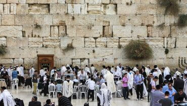 מתפללים בכותל המערבי askii [CC BY-SA (http://creativecommons.org/licenses/by-sa/2.0)]