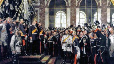 18 בינואר 1871: ההכרזה על האימפריה הגרמנית והכתרת וילהלם הראשון כקיסר גרמניה באולם המראות שבארמון ורסאי. ביסמרק במדים לבנים, והדוכס של באדן עומד ליד וילהלם. יורש העצר פרידריך, לאחר מכן פרידריך השלישי, עומד לימין אביו וילהלם. ציור של אנטון פון ורנר. באדיבות ויקימדיה CC 0.0