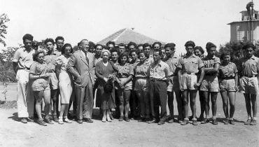 נוער ג' בביקור של הנרייטה סאלד והנס בייט-מראשי עליית הנוער, בגן-שמואל. באדיבות ויקימדיה