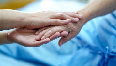 בן משפחה מחזיק יד של אדם המטופל בבית חולים, באדיבות bigstock