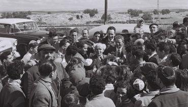 """ביקור ראש הממשלה דוד בן-גוריון בעיר אשדוד ים, צילום: פרידן משה, באדיבות לע""""מ"""
