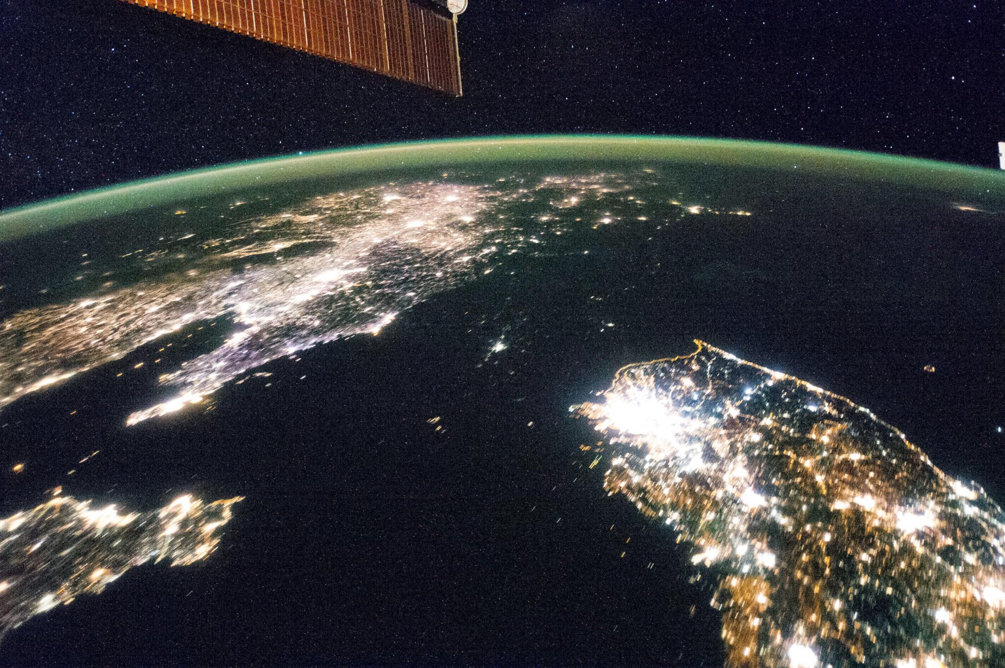 """חצי האי קוריאה בלילה, תמונת לווין של נאס""""א"""