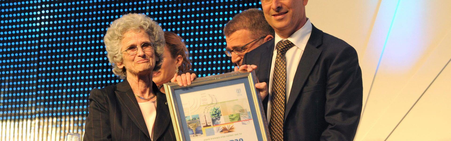 רות גביזון עם גדעון סער בעת קבלת פרס ישראל לשנת התשע
