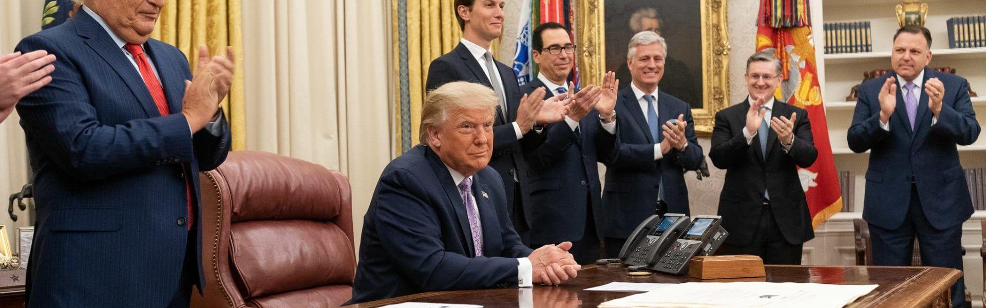 הנשיא טראמפ וצוותו הבכיר לאחר הצהרה על הסכם הנורמליזציה בין ישראל ואיחוד האמירויות בחדר הסגלגל בבית הלבן, 13 אוגוסט 2020