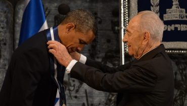 President Obama Receiving the Presidential Medal of Distinction from President Peres at the State Dinner. Photo: GPO