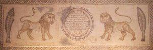 שחזור חלקו העליון של פסיפס בית הכנסת בחמת גדר, המצוי בבית המשפט העליון בירושלים. באדיבות ויקישיתוף, savtadotty, CC BY-SA 3.0 , via Wikimedia Commons