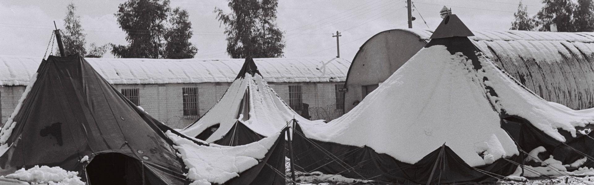 מעברת עולי תימן בראש-העין אחרי שלג, פברואר 1952 // צילום: דוד אלדן, אוסף התצלומים הלאומי