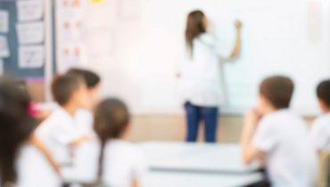 """מורה מלמדת כיתה בבי""""ס יסודי בישראל. באדיבות Bigstock"""