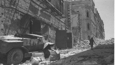 """בית שיזוק בירושלים, מלחמת העצמאות, יוני 1948. צילום: הנס פין, לע""""מ"""