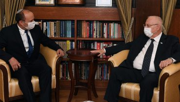 """יו״ר """"ימינה"""" ח״כ נפתלי בנט נועד עם נשיא המדינה ראובן ריבלין. בנט הבהיר כי הוא עומד מאחורי בקשתו לקבל את המנדט להרכבת הממשלה. יום רביעי, כ""""ג באייר תשפ""""א, 5 במאי 2021. קרדיט צילום: חיים צח / לע""""מ."""