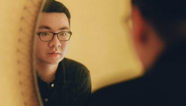 גבר מתבונן במראה, Min An, באדיבות pexels.