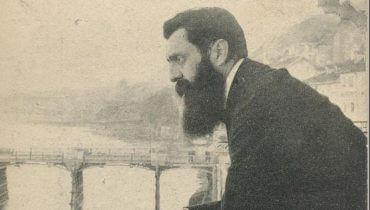 """""""אנוכי ראיתי אותו"""". תמונתו הידועה של הרצל במרפסת מלון שלושת המלכים בבזל צולמה בידי אפרים משה ליליין בימי הקונגרס הציוני החמישי, 1901."""